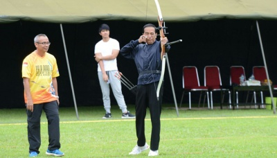 Jokowi Takes Part in Archery Competition